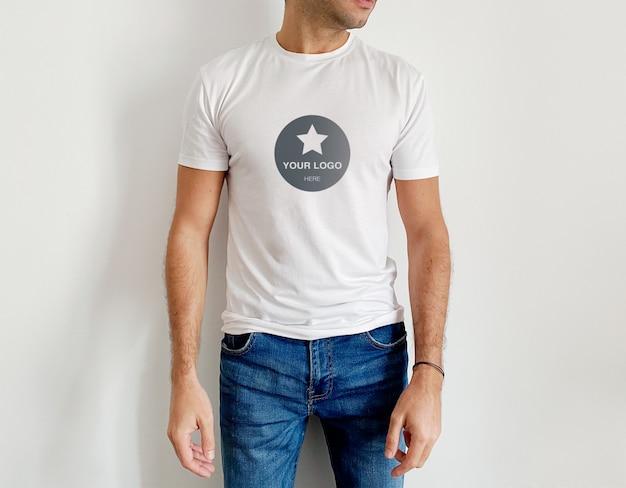 モックアップホワイトメンズtシャツ
