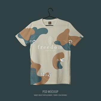 ハンガーにリアルなtシャツのモックアップ