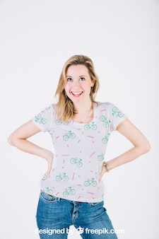 幸せな女性とtシャツモックアップ