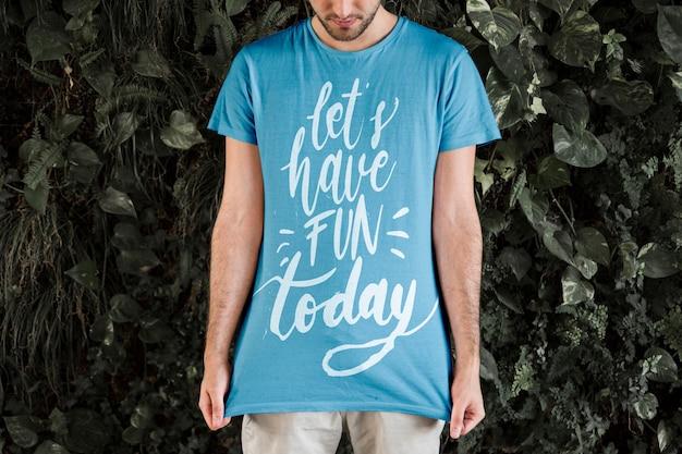 Tシャツのモックアップを着ている若い男