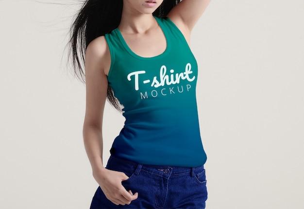 女性のtシャツモックアップ
