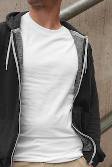 屋外の夏のシーンでストリートシティ男性モデルtシャツのモックアップ