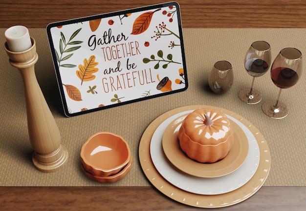추수 감사절 축하를위한 테이블 준비