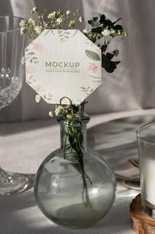 花の紙カードとテーブルディスプレイのモックアップ