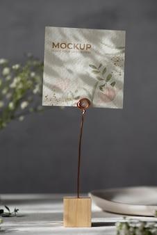 花の紙カードのモックアップとテーブルディスプレイ
