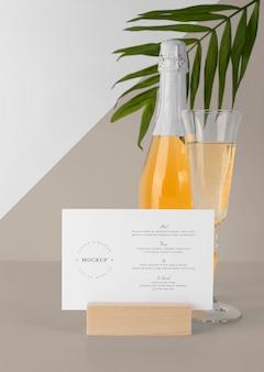 Modello di menu da tavolo con bottiglia di champagne e bicchiere
