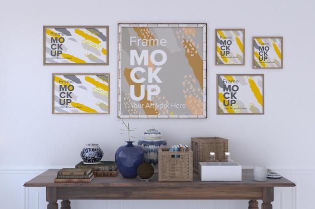 여러 프레임 프레임 모형이있는 벽 아래 장식 항목이있는 테이블