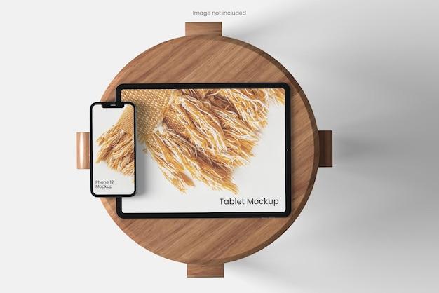 椅子の上面角度ビューでタブレットとスマートフォンのモックアップ