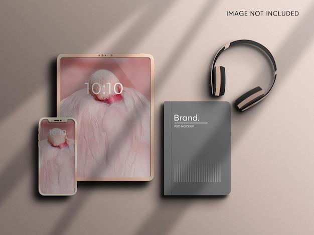 文房具のブランドアイデンティティを持つタブレットとスマートフォンのモックアップ