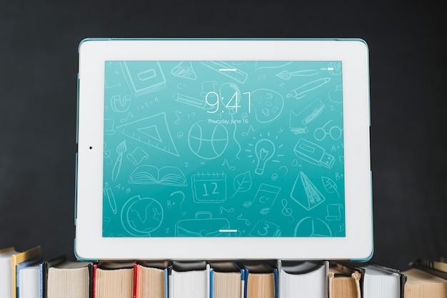 Tablet o ebook reader mockup con il concetto di letteratura