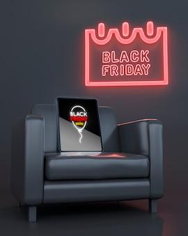 붉은 네온 불빛과 함께 안락의 자에 태블릿 모형