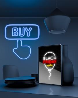 블루 네온 불빛으로 부엌 카운터에 태블릿 모형