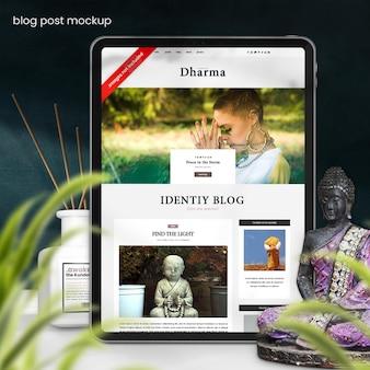 블로그와 웹 사이트를 보여주는 태블릿 모형