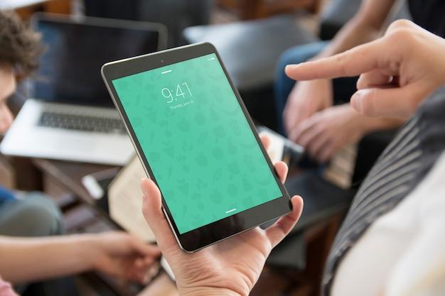 앱 프리젠 테이션을위한 손으로 태블릿 모형