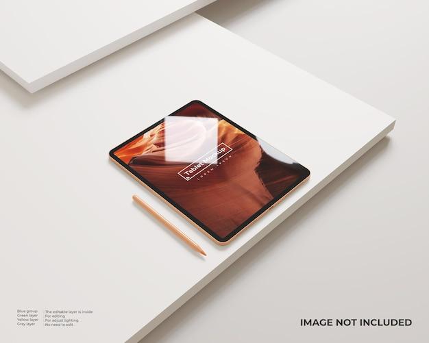 スタイラス付きのタブレットモックアップは、ミニマリストの白い表面で左のビューに見えます