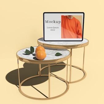 감귤과 나뭇잎 테이블에 태블릿