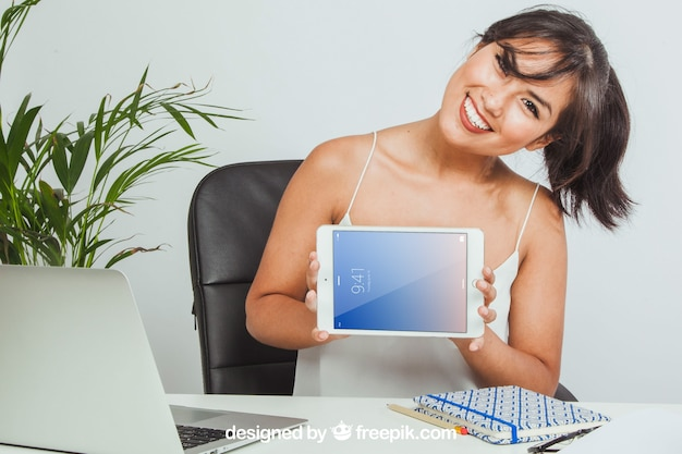 Макет планшета, офис и счастливая женщина