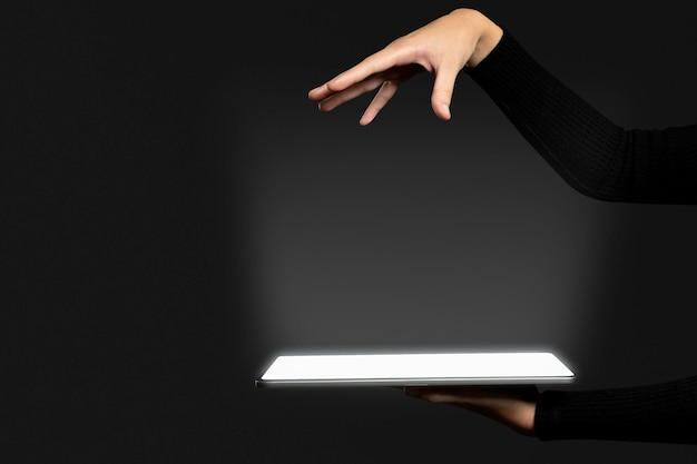 Tecnologia avanzata dell'ologramma invisibile del mockup dello schermo del tablet psd