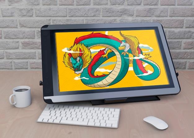 테이블에 예술적인 그림을 가진 태블릿
