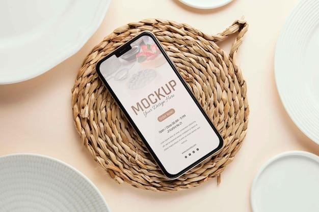 Композиция из посуды с макетом смартфона