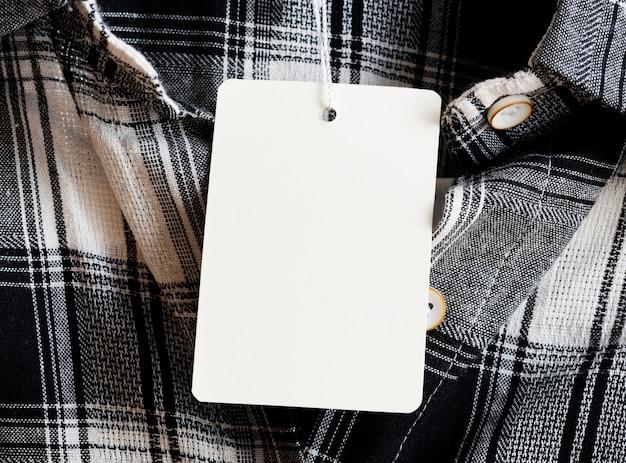 Тег на текстурированном фоне ткани