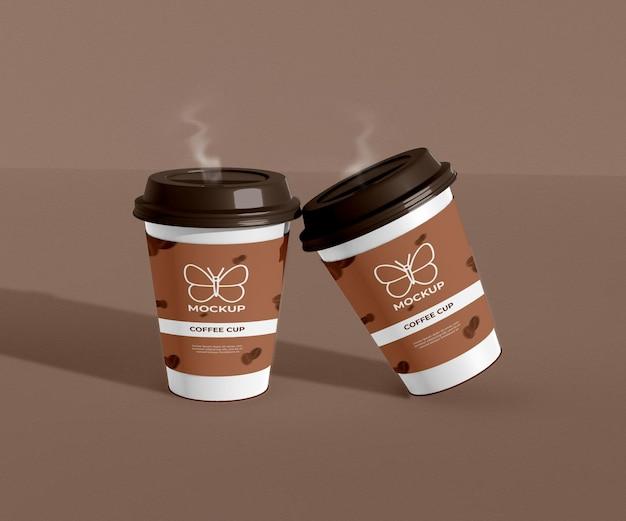 煙で紙のコーヒーカップのモックアップを奪う