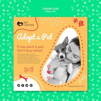 Il modello con adotta un volantino per animali domestici