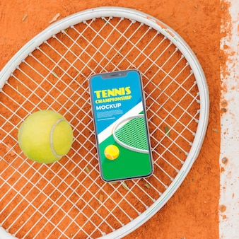 Теннисное поле с макетом экрана телефона и мячом