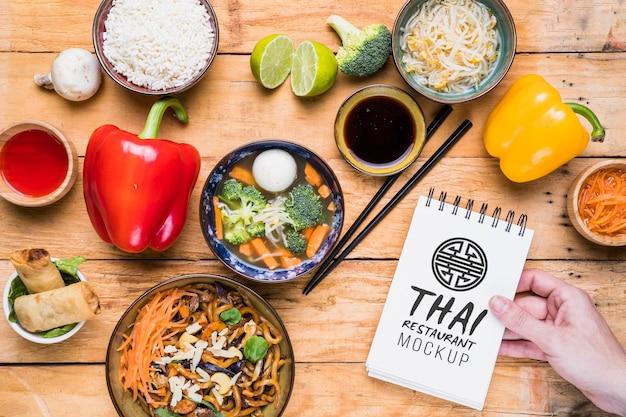 タイ料理コンセプトのモックアップ