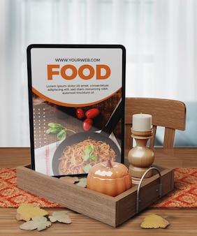 태블릿에 음식의 추수 감사절 개념