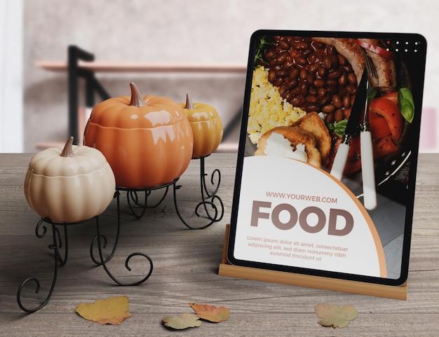 태블릿에 추수 감사절 음식 개념