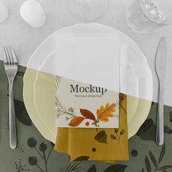 수저와 접시로 추수 감사절 저녁 식사 테이블 배열
