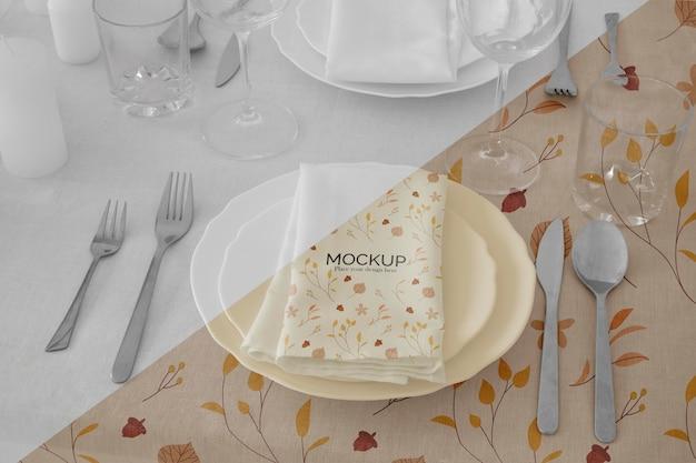 추수 감사절 저녁 식사 테이블 배열, 접시와 칼 붙이