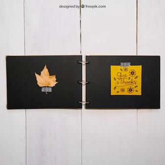Mockup del ringraziamento con foglia nel libro