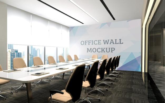 В конференц-зале есть большие стеклянные двери с видом на макет стены за пределами помещения.