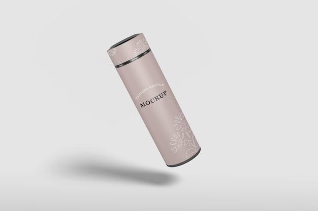 Изолированный макет бутылки с водой термоса