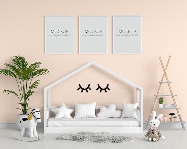 子供の寝室のモックアップの3つの空のフォトフレーム