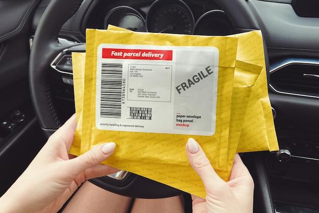 Три почтовых почтовых посылки в женских руках макет