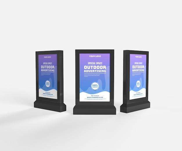 Трехсторонний макет наружной черной вертикальной рекламы с электронным видом спереди