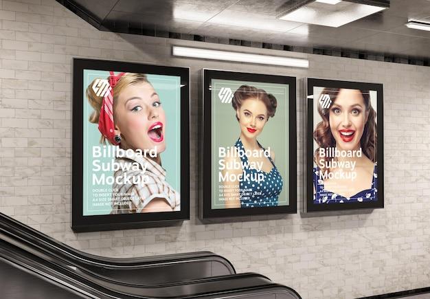 지하철 역 모형에 세 개의 수직 광고판