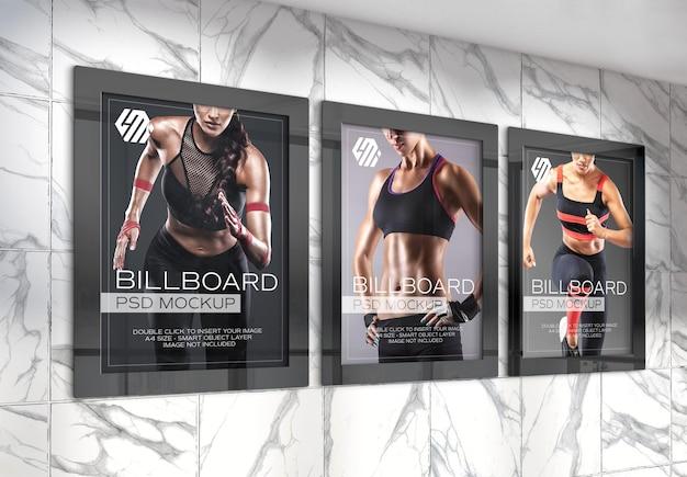 지하철역 목업에 있는 3개의 수직 광고판