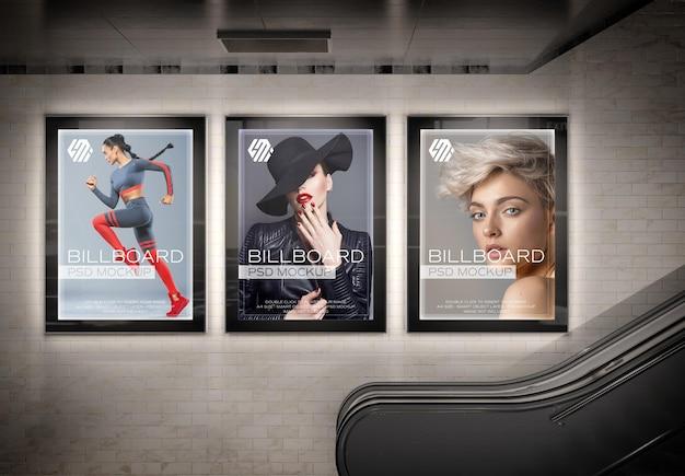 지하철 역 모형에 세 개의 수직 빛나는 광고판