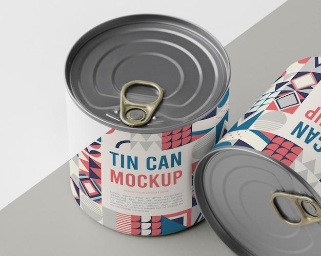 テーブルの上のブリキ缶
