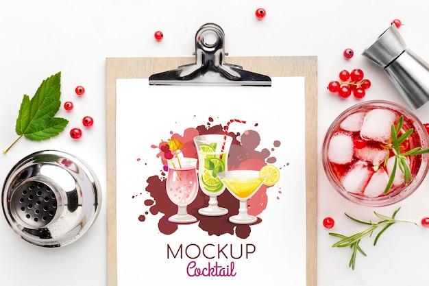 클립 보드 모형이 포함 된 상위 뷰 알코올 음료