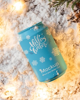 雪の中でトップビューのアルミ缶