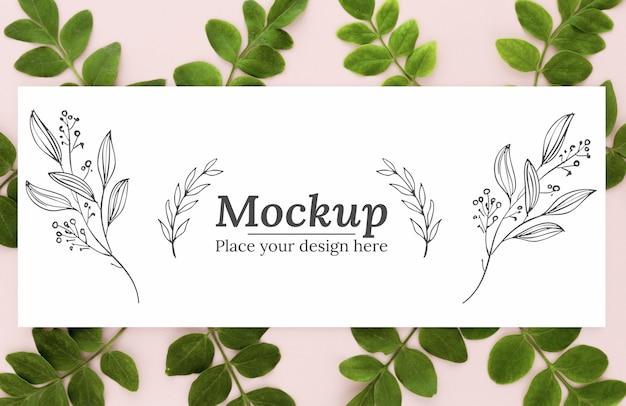 モックアップと緑の葉の上面図の配置