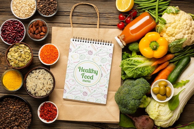 健康的な有機食品と紙袋の平面図配置