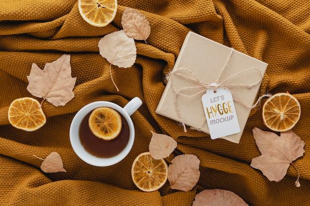 Disposizione vista dall'alto con tè e regalo