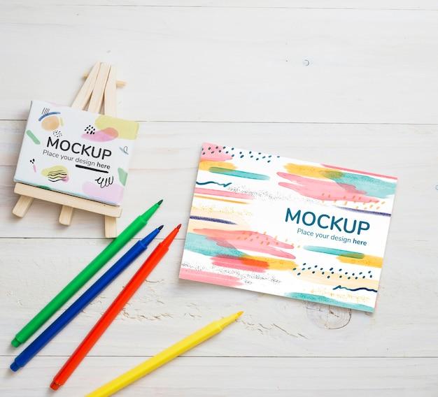 カードとキャンバスのモックアップによるトップビューアーティストコンセプトの配置