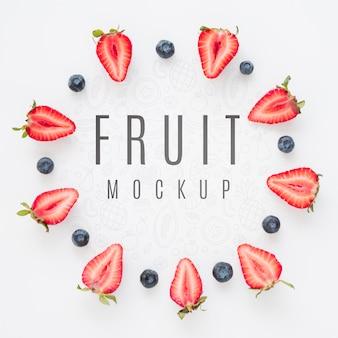 Вид сверху на ассортимент органических фруктов с макетом